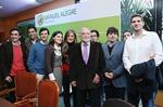 Manuel Alegre com jovens apoiantes em Vila Real