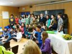 Manuel Alegre entre os alunos da Escola Pedro Ferreira