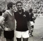 Vítor Campos e Eusébio, no final da Taça de 1969, com as camisolas trocadas